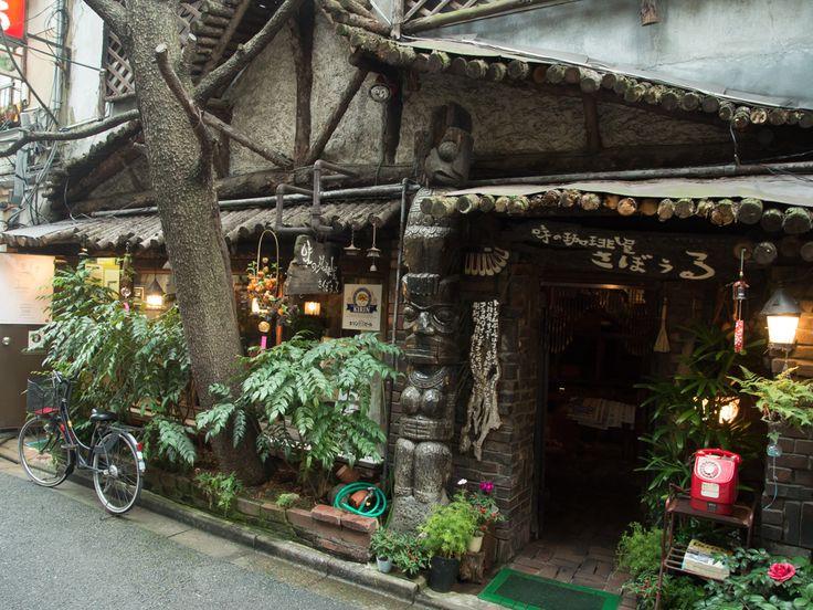 古い喫茶店、レトロな雰囲気の喫茶店が好きな人であれば、神保町の「さぼうる」を知らない人はいないでしょう。神保町の靖国通りから一歩入った裏道にその店はあります。