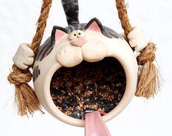 Diese intelligente und crafty Kitty meint, dass wenn sie als ein Vogelhäuschen getarnt ist, sie zu Scharen von lecker wenig Birdies zu ihrem
