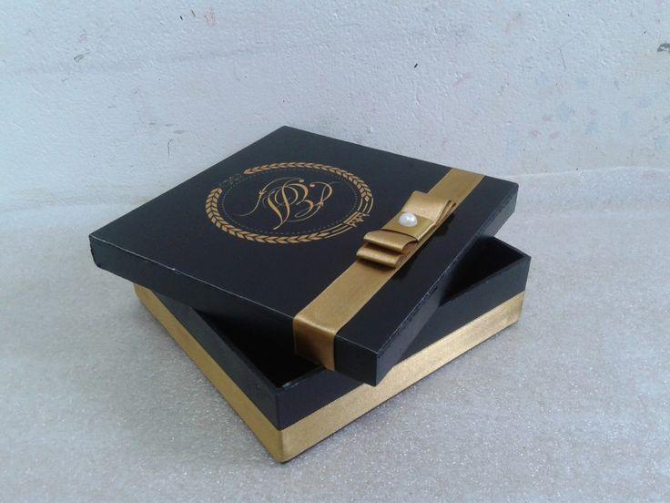 Caixa em MDF, decorada com o brasão do casal, acompanha mensagem ou convite na parte interna da tampa.  Fazemos em outras cores  Caixa tem 17x17x5