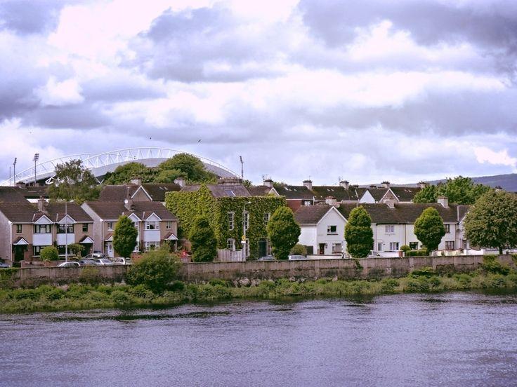 Do outro lado do Rio Shannon em Limerick... #limerick #Irlanda #Ireland #ViajandonoBlogemLimerick #ViajandonoBlognaIrlanda #VisitLimerick #GoIreland #Irelands2017 #Irlandas2017 #visitireland #mulherviajante #traveler #IrelandLovers #InstaIreland #IrelandGram #IrishDream #LoveLimerick #LoveIreland #Irelandcalling #postcardsfromIreland #nature #rivershannon #shannon #irishrivers #riverside #theworldisyours #travelaroundtheworld