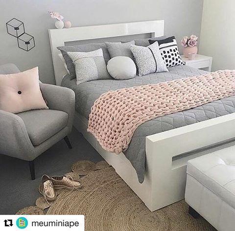 """538 Likes, 49 Comments - Meu Mini Apê (@meuminiape) on Instagram: """"Sala pequena e inspiradora! Tons neutros como base e colorido nos acessórios, uma ótima aposta para…"""""""
