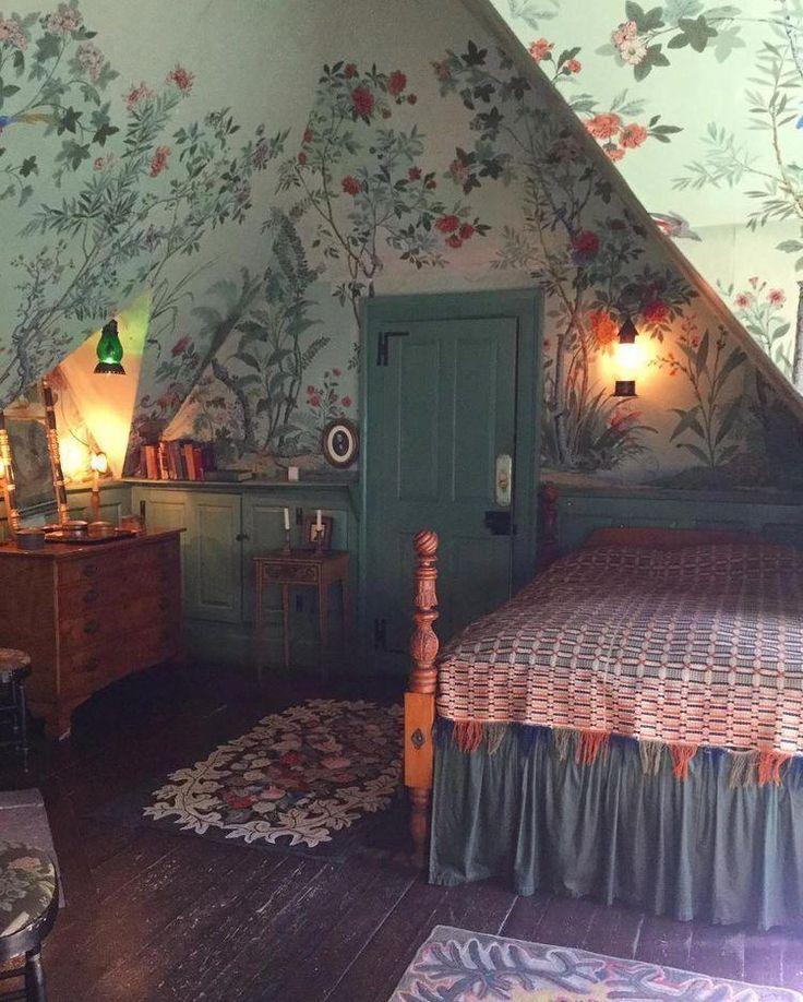 Attic Bedroom With Handmade Wallpaper And Vintage Furnishings Interiordecoratin Mit Bildern Dachgeschoss Schlafzimmer Wohnen Wohnung