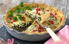 Grönkål och ädelost – så gott som fyllning i paj. Garnera din juliga paj vackert med granatäppelkärnor.