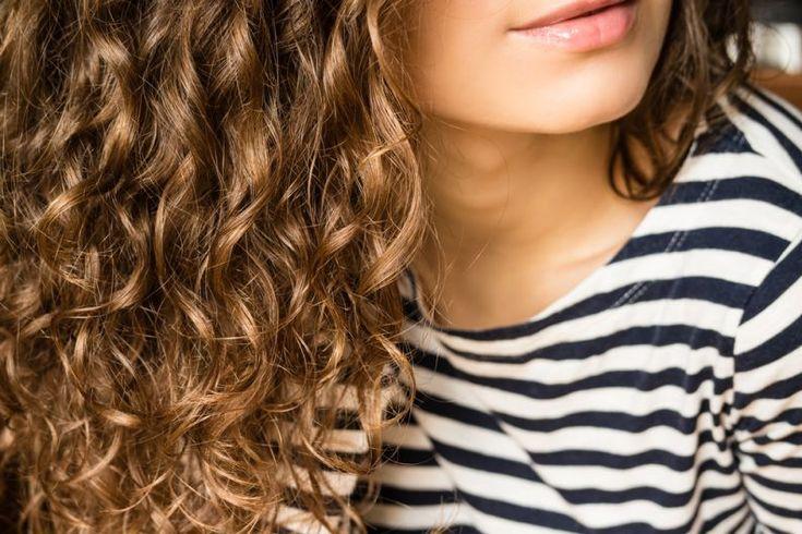 O cabelo encaracolado e despenteado é a tendência deste 2016, capaz de rejuvenescer até cinco anos. Se você tem o cabelo crespo, é provável que não seja uma grande apreciadora de pentes e escovas. E, ainda que o processo de escovação contribua para melhor distribuir os produtos que você aplica no cabelo e as