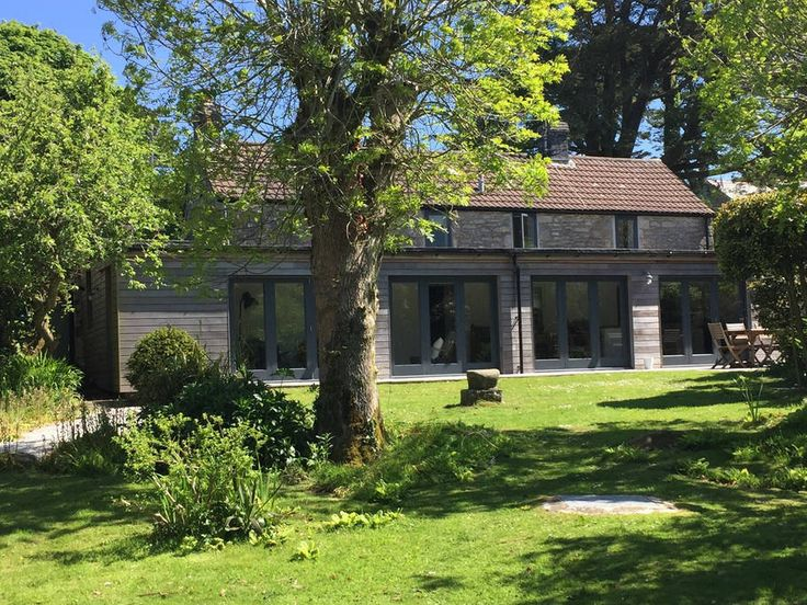 House in Ashton, United Kingdom. Ocean View is a stunning detached three/four bedroom property close to numerous beaches along the beautiful south coast. A popular area with walkers too with scenic walks accessible on the doorstep. A lovely, cosy home from home in all seasons.  O...