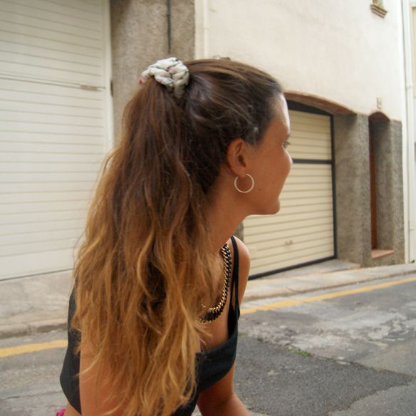 Coletero floral, cola de caballo y mechas californianas http://15colgadasdeunapercha.com/2013/07/17/volantes-y-tachuelas/  Floral scrunchy, ponytail and californian hightlights http://15colgadasdeunapercha.com/2013/07/17/volantes-y-tachuelas/
