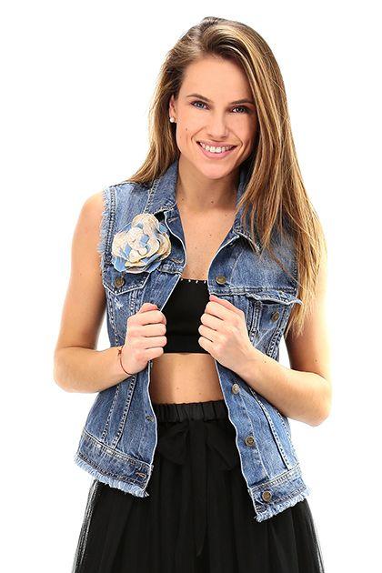 LIU.JO - Giacche - Abbigliamento - Smanicato in jeans con taschini e spilla floreale. - BLUE - € 138.52