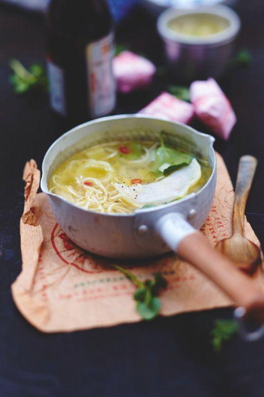 Bouillon de nouilles aux raviolis, légumes et coriande #ravioli