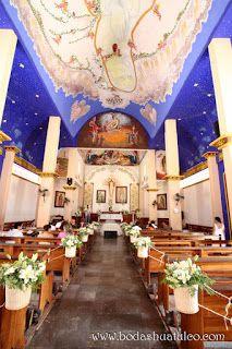Decoración de la iglesia con canastas de flores  ideal para tu boda en playa por Bodas Huatulco
