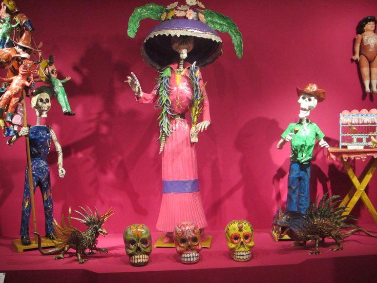 La Catrina fue creada por artistas mexicanos para hacer una representación metafórica de la alta clase social  de México, que prevalecía antes de la Revolución Mexicana. Posteriormente se convirtió en el símbolo oficial de la Muerte, ya que en Mèxico se celebra el Día de los Muertos el 1 y 2 de noviembre en toda la Repùblica Mexicana
