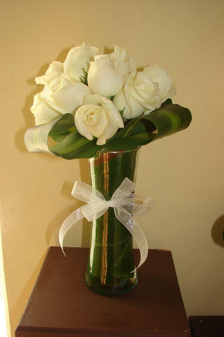 Centro De Mesa Florero Angosto Con Dracenia Hundida Rosas Blancas Decoraci 243 N Amp Dise 241 O Floral Pinterest Flowers
