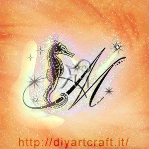 Ippocampo e maiuscola M con scintille idea tattoo diyartcraft.it
