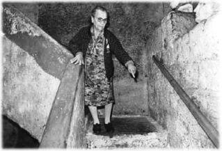 E' l'inverno del 1943, Carmela Montagna 25 anni, capelli lunghi, occhi neri, nelle scale del ricovero di S. Anna di Palazzo, partorisce sua figlia. Dopo il parto, piuttosto che lottare ogni giorno con la paura dei bombardamenti, preferisce vivere sotto Napoli in quel ricovero di guerra a 40 m. di profondità.  Dopo sei mesi la piccola vita di Anna fu stroncata dalla broncopolmonite, colpa dell'umidità che sfiora, oggi come allora, il 90%.