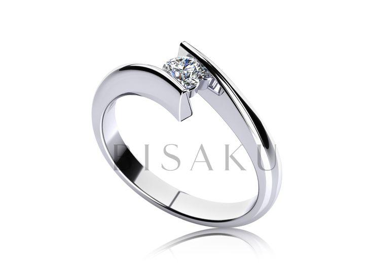 C3 Velmi dynamický model zásnubního prstenu, který nadchne milovníky netradičního designu. Krásné usazení solitérního kamene mezi vysílené konce prstenu má za výsledek nádherný šperk, který jeho nositelka zcela jistě nesundá i po svatbě. #bisaku #wedding #rings #engagement #svatba #zasnubni #prsteny