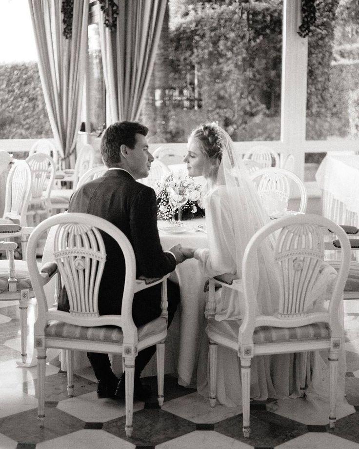 Давайте обсудим свадебные фото-сюжеты которые вы должны запечатлеть! Сборы жениха и невесты Это действительно важная часть свадебного дня без которой ваша серия фотографий останется неполной. Преображение в жениха и невесту  разве бывает каждый день? А эмоции  волнение предвкушение встречи восторг от взгляда в зеркало на себя такую красивую  разве не стоят того чтобы их запечатлеть? Аксессуары Невесты которые долго и сами готовились к свадьбе любовно подбирая каждую деталь меня поймут…