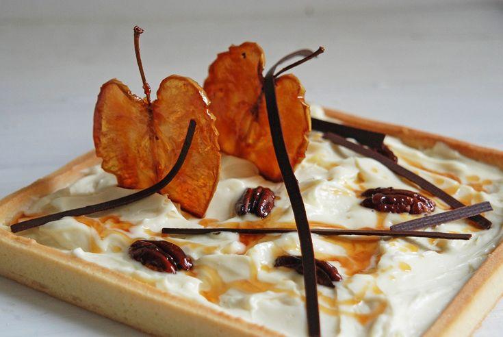 crosta con namelaka al limone, mele e noci caramellate e riccioli di cioccolato
