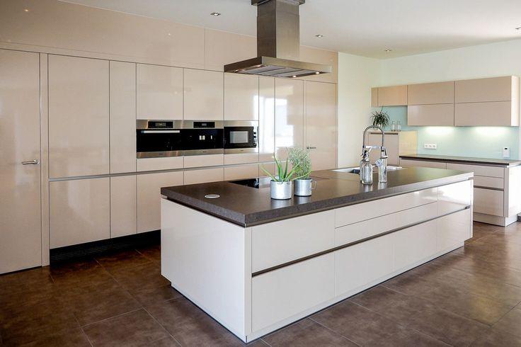 Ewe Küche mit bündigen Schränken und Türen in Abstellraum und Speisekammer. Kücheninsel mit absenkbarem Dunstabzug.