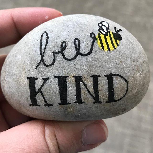 Gemalter Felsen im Bienenstil mit einer Hummel. So malen Sie ganz einfach Ihre eigenen Steine