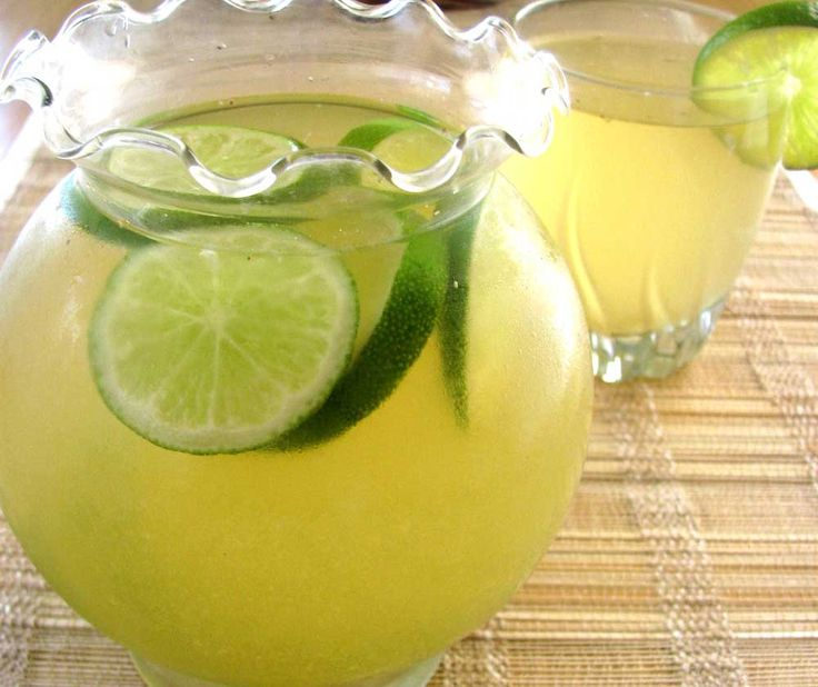 Esta recete de agua de limón es una bebida que acompaña muy bien todas las comidas.