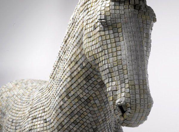 Escultura de caballos con teclas de computadora. | Quiero más diseño