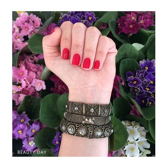 dica do dia! 💅  o esmalte de hoje é o Beijo Quente da Vult. fica lindo com um mix em ouro envelhecido. vem: www.milacoelho.com.br  #mixdepulseiras #pulseirismo #pulseiras #pulseira #bracelet #braceletes #pulseiradodia #pulseiraslindas #milacoelho #acessórios #floripa #fashion #fashionjewelry #moda #bijoux #atacado #varejo