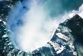Lo spettacolo delle Cascate del Niagara riprese dall'alto da un drone.