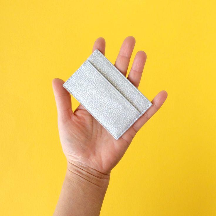 Mi titular de tarjeta de crédito tamaño compacto se sujetar hasta 6 tarjetas de crédito.  Hecho a mano de cuero rosa vegano italiano más fino, esto slim cuero caso ofrece dos compartimientos tarjetas. Sus cartas permanecen en perfectas condiciones y totalmente seguro.  Diseñado para adaptarse a las tarjetas de crédito de tamaño 3,35(w) x 2,09.  Este caso de la tarjeta de crédito puede ser personalizado con tus colores favoritos, ver foto #5.  Hecho a mano en Italia Etiqueta: Pitti Vintage…