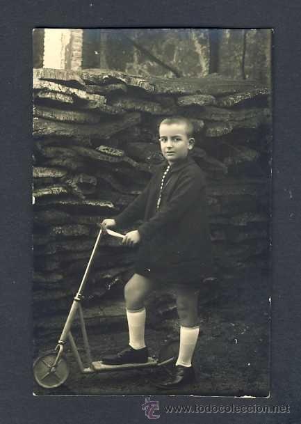 Foto postal: Niño con patinete. Juguete
