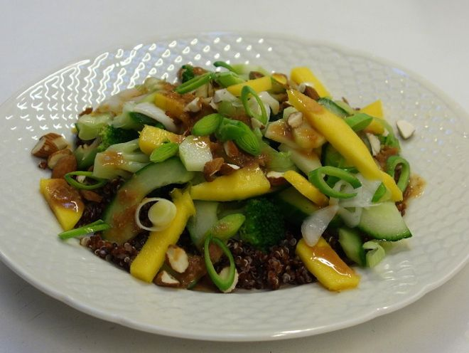 Quinoasalat med mango, broccoli og misodressing