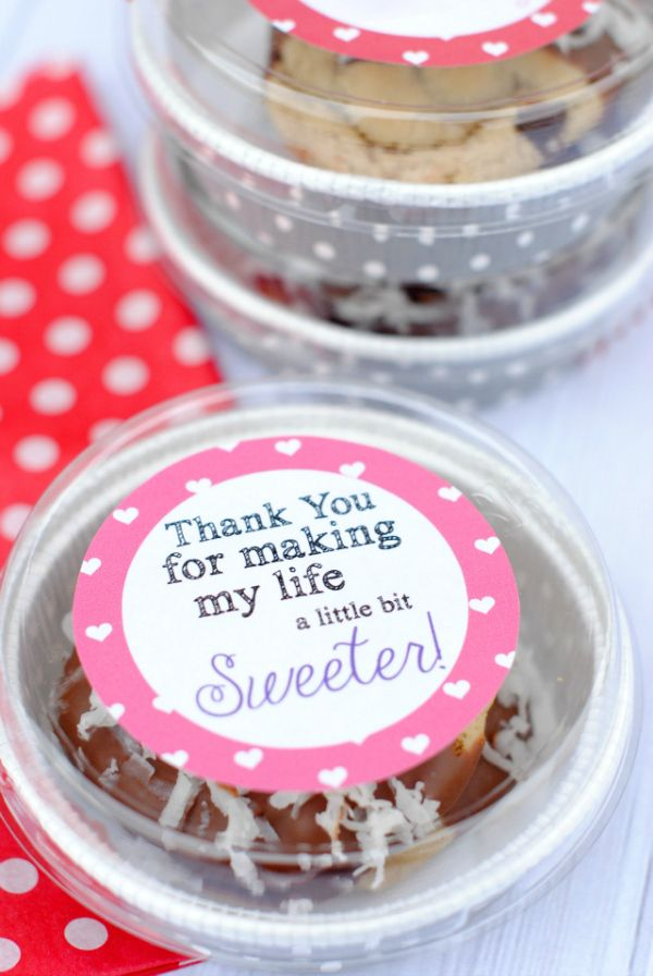 Such a cute way to package Valentine's treats & Free Printable Gift Tags