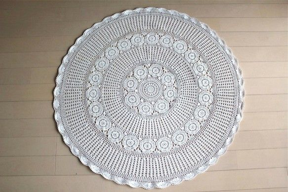 かぎ針編みの円形テーブルクロスです。糸色はオフに近いホワイト。細かく丁寧な編み地で上品な仕上がりです。<コンディション>特にほつれやシミも無く、大変良好なコン...|ハンドメイド、手作り、手仕事品の通販・販売・購入ならCreema。
