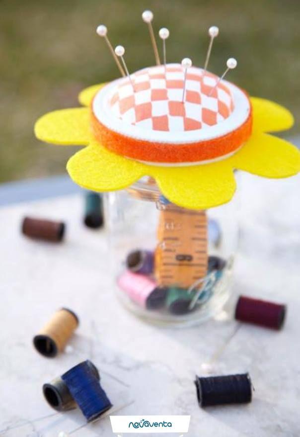 Con fieltro, tijeras, pegamento, un frasco de vidrio y mucha creatividad puedes crear un costurero diferente. Hilos, botones y alfileres estarán en un lugar seguro. Imagen: Pinterest.