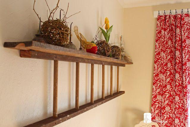 Una vieja escalera de madera. Una forma de decoración con estanterías para poder poner tus cosas. // An old ladder becomes a wall shelf via inspiredbycharm.com