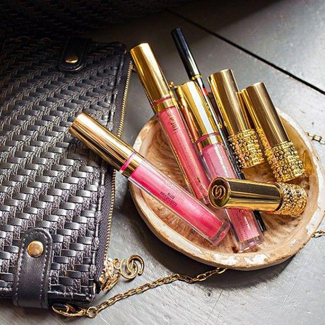 Давайте поговорим о макияже губ! Роскошь для всех своя, но у всех Giordani Gold, ведь так?)👩 А чем вы предпочитаете пользоваться💋? 💄Помада 💄Блеск 💄Карандаш  #oriflame #орифлэйм #giordanigold #gg #lipstick #lipgloss #makeup