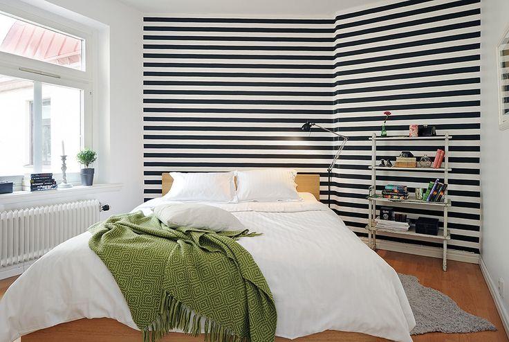 foorni.pl | Łączenie kontrastów / tapeta w sypialni / tapeta w biało czarne pasy