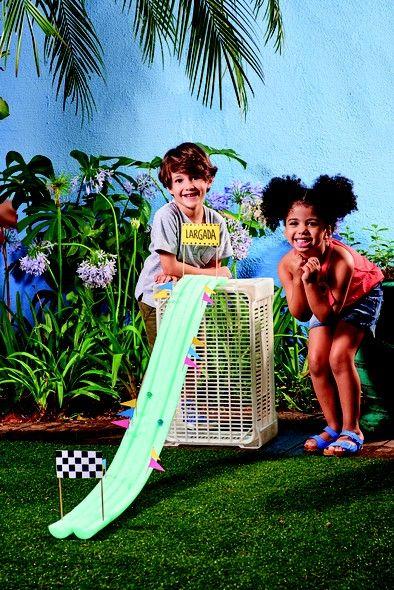 Que tal transformar um flutuador em pista de corrida? Dá para fazer competições com bolas de gude ou de outros tamanhos e materiais
