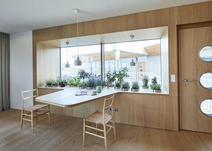 Fensterbank innen mit Topfpflanzen und Sitzgelegenheiten – Designhaus Haussicht von …   – Inneneinrichtung
