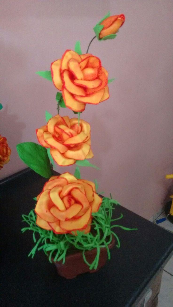 Lindo arranjo de rosas mexicanas com bordas pintadas