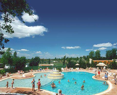 Mediterranee plage zwembad met glijbanen aan het strand grote camping vakantie camping - Zwembad met strand ...