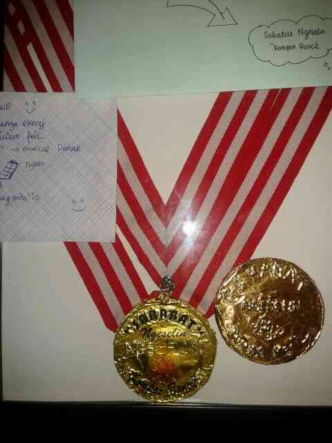 medali_keping bulat dibungkus bekas pembungkus coklat
