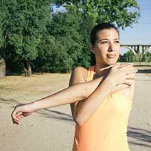 Les tendinites au coude ne touchent pas que les sportifs mais peuvent également survenir chez les personnes effectuant des mouvements répétitifs (menuisiers, maçons, jardiniers, etc.). En effet, une sollicitation excessive des tendons entraîne des mi