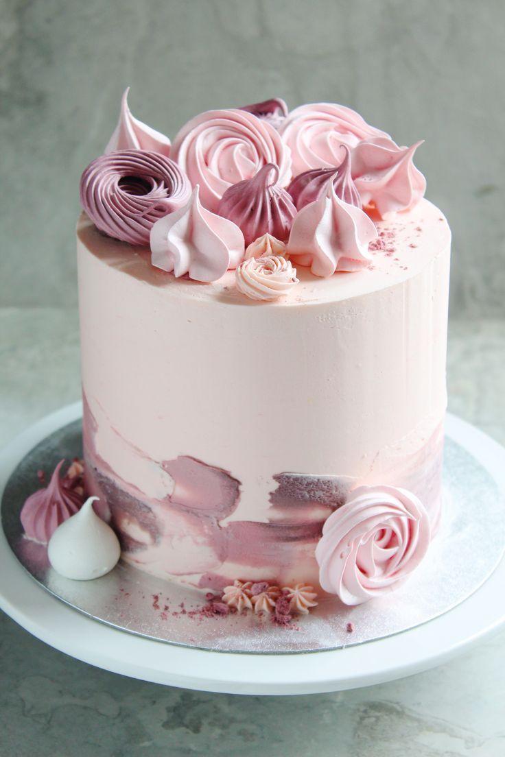 Ein leichter Zitronen-Kokos-Kuchen mit rosa und vi…