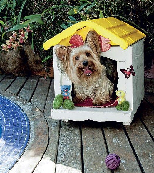 A casinha do cãozinho Dagoberto tem a decoração de peças de ferro fundido com pintura eletrostática e recorte de madeira em forma de osso. O projeto é de sua dona, a designer Juliana Daidone