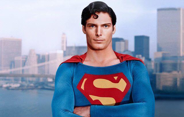 Así se ve Henry Cavill usando el traje de Superman de Christopher Reeve