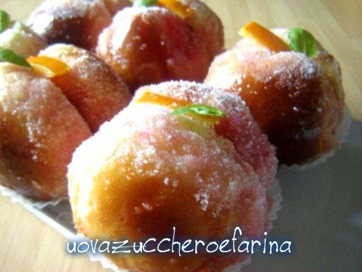 Le pesche di Prato sono dolcetti deliziosi formati da due mezze sfere di pasta brioche bagnate nell'alchermes e tenute insieme da crema pasticcera.