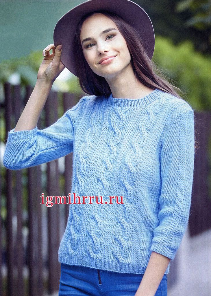 Классический голубой пуловер с узором из кос и рукавами 3/4. Вязание спицами