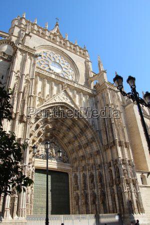 Die größte gotische Kirche der Welt, die Santa María de la Sede, befindet sich in Sevilla (Andalusien)