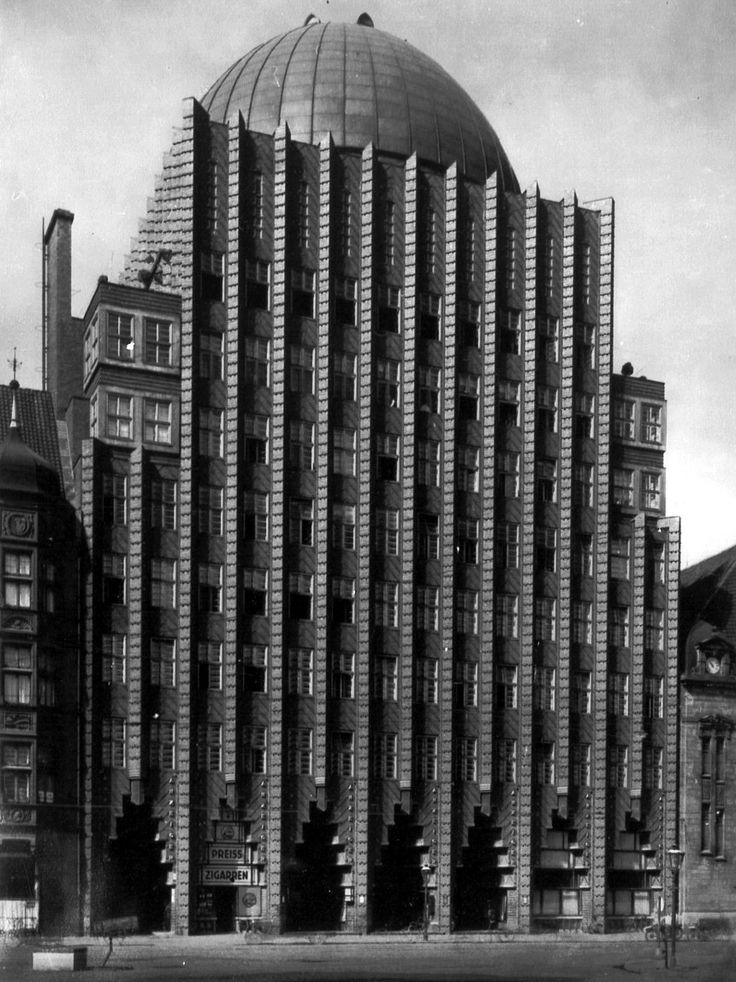 """Fritz Höger: """"Anzeiger-Hochhaus"""" for the newspaper """"Hannoverscher Anzeiger"""", office building & planetarium/cinema, 1927-28, Hannover (D). """"Backsteinexpressionismus"""". Dunkelrote/goldglasierte Klinkerfassade,   grünpatiniertes Kupferblech-Kuppeldach."""