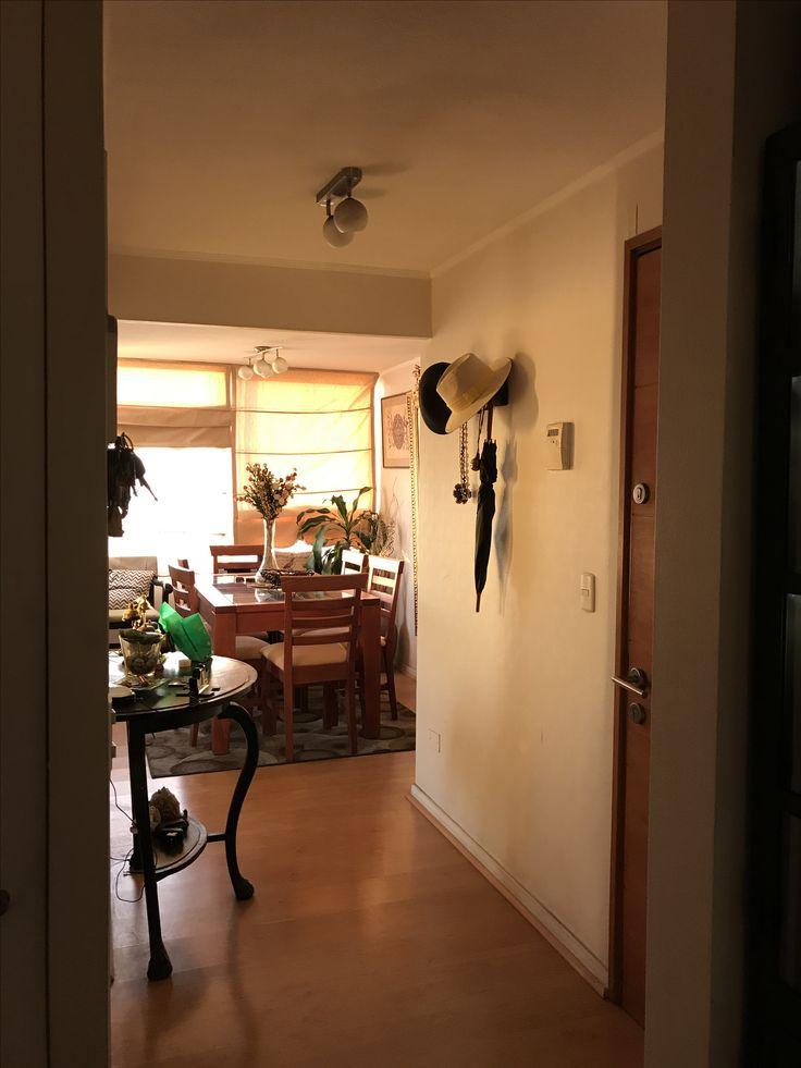 Vista desde el pasillo al living, el perchero tan útil traído desde Bariloche Argentina, mesa de arrimo de mi tía abuela