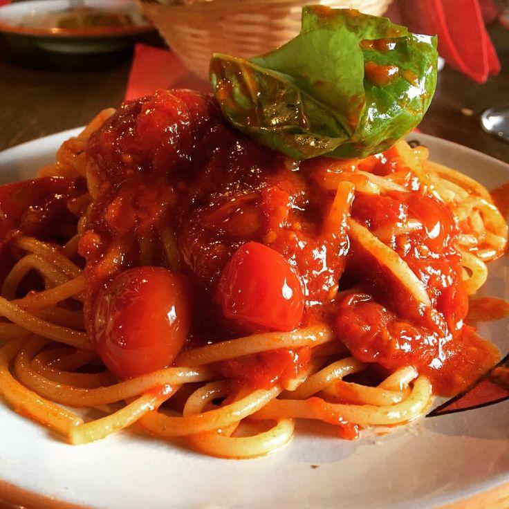 Spaghetti with cherry tomatoes and basil at Cantina del Vesuvio